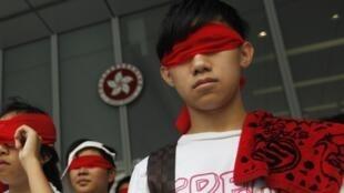 Học sinh Hồng Kông bịt mắt, phản đối chính sách giáo dục nhồi sọ, trong cuộc biểu tình ngày 28/08/2012