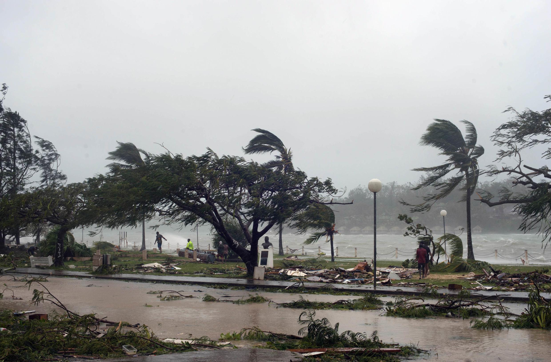 Ventos do ciclone Pam chegaram a até 340 km/h no arquipélago de Vanuatu na noite desta sexta-feira (13).
