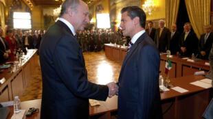 El canciller francés, Laurent Fabius, y el presidente mexicano, Enrique Peña Nieto, el 15 de julio de 2013 en México.