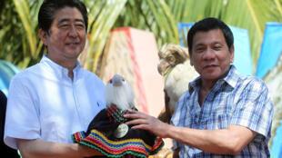Thủ tướng Nhật Shinzo Abe (T) và tổng thống Rodrigo Duterte trong chuyến thăm Philippines ngày 13/01/2017.
