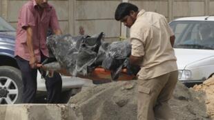 Đưa xác nạn nhân của vụ bắt con tin đẫm máu hôm qua tại nhà thờ Đức Mẹ Cứu rỗi tại Bagdad ngày 01/11/2010