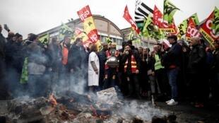 Các thành viên công đoàn tập hợp gần Gare de Lyon, Paris, biểu tình chống cải cách hưu trí của chính phủ, Pháp, ngày 09/01/2020.