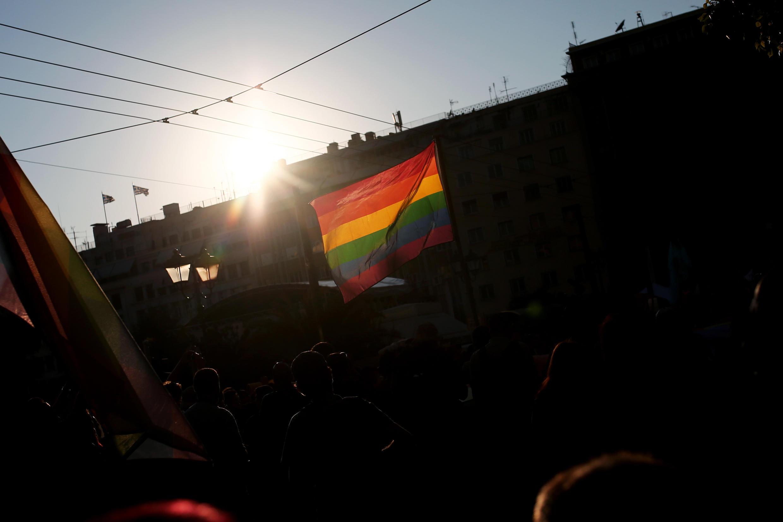 Le drapeau arc-en-ciel durant la 5e Gay Pride d'Athènes, le 11 juin 2016. Un nouveau texte de loi permet de reconnaître l'identité des personnes transgenres sans opération.