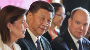 Monaco: le Président chinois, Xi Jinping et le Roi Albert II dimanche 24.03.2019 中国主席习近平(中)和摩纳哥国家元首阿尔贝二世(右)
