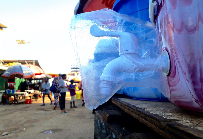 Un kit de lavage des mains en vente sur un marché de Conakry.