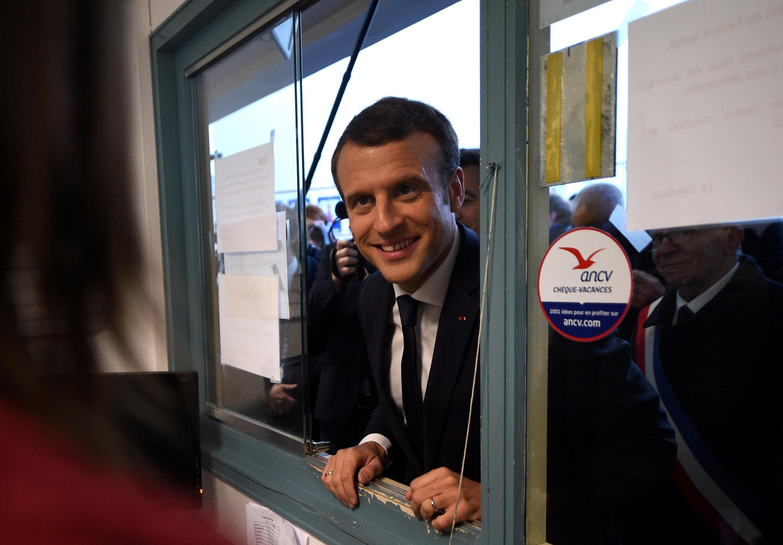 امانوئل ماکرون در بازدید از شهر «تورکوئن» واقع در شمال فرانسه - ١٤ نوامبر ٢٠١٧