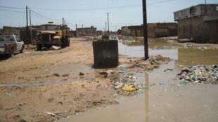 Un canal d'évacuation des eaux usées complètement noyée.