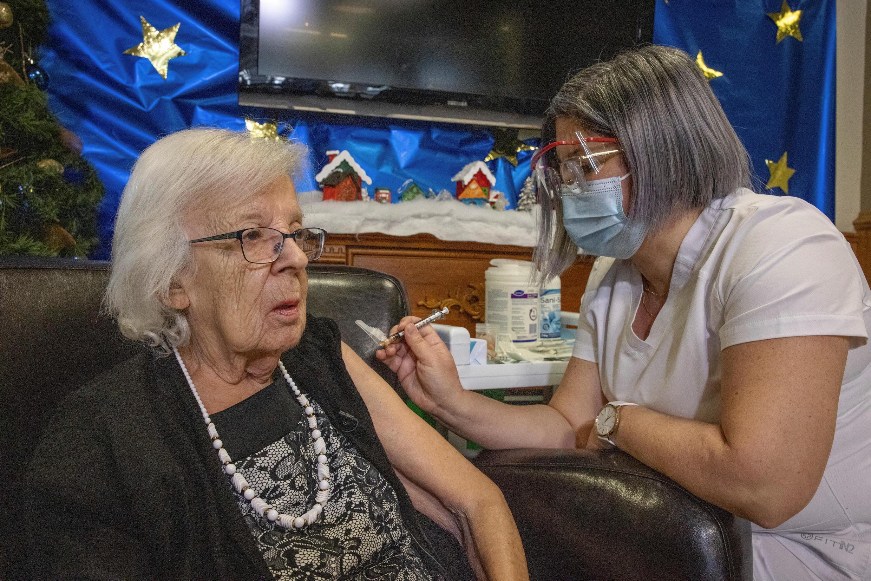 法广存档图片:加拿大魁北克首位Covid-19疫苗接种者Gisèle Lévesque, 摄于2020年12月14日 Image d'archive RFI: Gisèle Lévesque, la première Canadienne à recevoir une dose de vaccin anti-Covid-19, à Québec, le 14 décembre 2020.