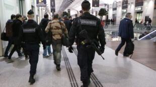 Policiais durante patrulha no metrô de Paris.