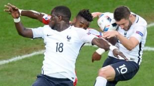 Los franceses Sissoko y Gignac con el suizo Djourou durante el partido Francia-Suiza, este 19 de junio de 2016.