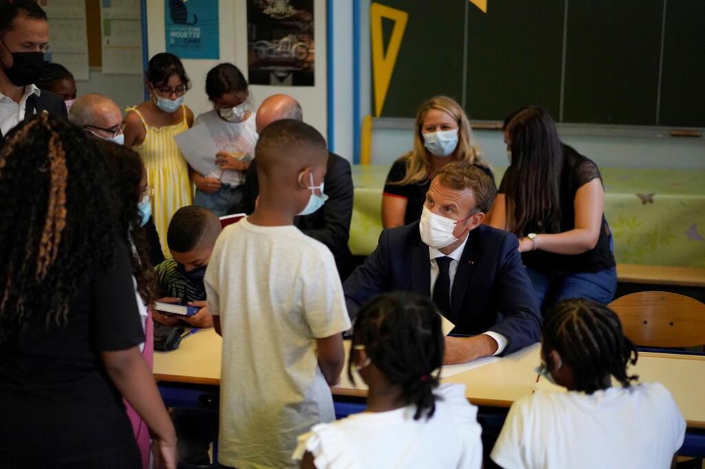 Emmanuel Macron dans une salle de classe à Marseille