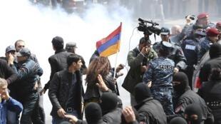 La police anti-émeute disperse des manifestants anti-gouvernement lors d'une mobilisation à Erevan, le 22 avril.