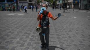 Homme portant un masque sur le boulevard de Sabana, à Caracas, le 15 juillet 2020, après le durcissement du confinement.