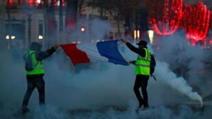 Pour la plupart venus manifester pacifiquement, les «gilets jaunes» sont accueillis par des tirs de grenades lacrymogènes et jet puissant des canons à eau.