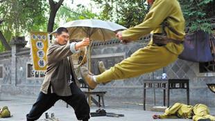 """Cảnh một """"người hùng"""" Trung Quốc chiến đấu với lính Nhật. Bình quân mỗi ngày có đến 2,7 triệu lượt lính Nhật bị """"giết"""" trong các phim truyền hình Trung Quốc."""