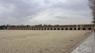 """پل تاریخی """"خواجو"""" که در سال ١۶۵٠ میلادی در اصفهان بر روی زایندهرود ساخته شد، در حال حاضر بر روی رودخانهای خشک قرار دارد."""