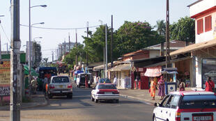 Une rue de Libreville où circulent deux taxis. (Photo d'illustration)
