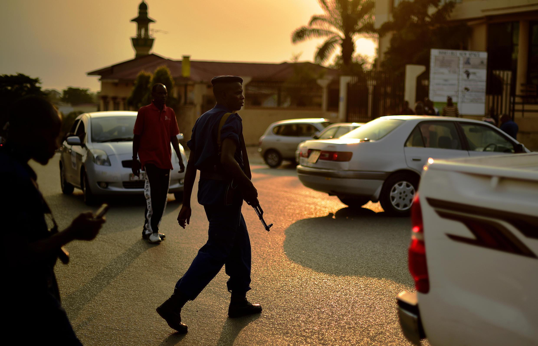 Un policier burundais à Bujumbura se rend sur le lieu d'une attaque à la grenade, le 21 juillet 2015.
