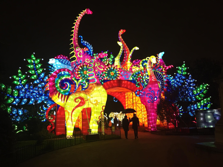 """Cổng dẫn vào triển lãm đèn lồng """"Espèces en voie d'Illumination"""" trong Vườn Bách Thảo và Vườn thú Paris."""
