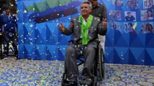 Lenin Moreno célèbre l'annonce de sa victoire à la présidentielle en Equateur au siège de son parti, à Quito, le 4 avril 2017.