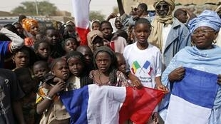 Crianças se preparam para receber o presidente francês, François Hollande, em Timbuktu, no Mali.