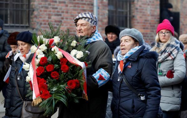 Des survivants du camp de concentration d'Auschwitz durant les cérémonies de libération du camp de concentration.