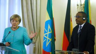 La chancellière allemande Angela Merkel (g) et le Premier ministre éthiopien Hailemariam Desalegn pendant leur conférence de presse commune, à Addis-Abeba, le 11 octobre 2016.