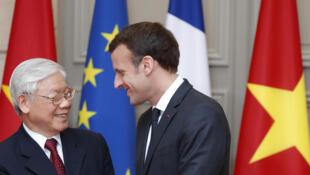 Le président français Emmanuel Macron et le secrétaire-général du Parti communiste vietnamien, Nguyen Phu Trong, le 27 mars 2018.