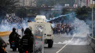 Confrontos entre as forças de segurança e manifestantes radicais, o uso de gás lacrimogêneo, incêndio de barricadas, explosões, ataques contra lojas e bloqueios de avenidas afetaram as zonas oeste e sul de Caracas.