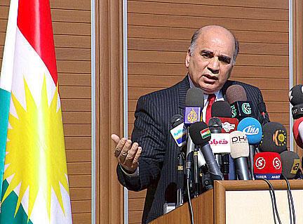 Fouad Hussein, principal collaborateur du président de la région autonome kurde d'Irak, commente à Erbil (Kurdistan irakien) la libération des soldats turcs le 4 novembre 2007.