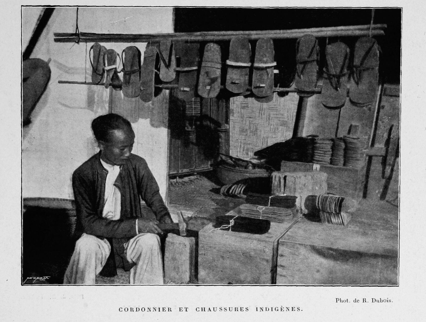 Thợ đóng giầy dép. Ảnh chụp từ cuốn Bắc Kỳ năm 1900 (Le Tonkin en 1900) của Robert Dubois nhân dịp Triển lãm Hoàn cầu Paris 1900.