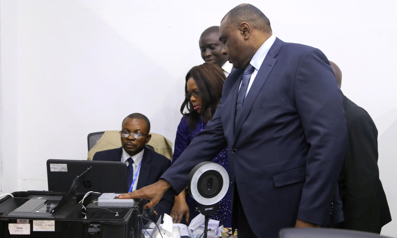 Jean-Pierre Bemba wakati akiwasilisha fomu ya kuwania katika uchaguzi wa Desemba 23 kwenye makao makuu ya tume ya uchaguzi (CENI), katika manispaa ya Gombe, Kinshasa, Agosti 2, 2018.
