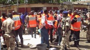 Les secours sur les lieux de l'attentat-suicide, au marché central de Ndjamena, le 11 juillet 2015.