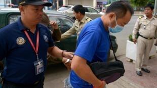 Cảnh sát Cam Bốt áp giải nghi can người Nhật Susumu Fukui (đeo khẩu trang) tới tòa án Phnom Penh, ngày 07/02/2017