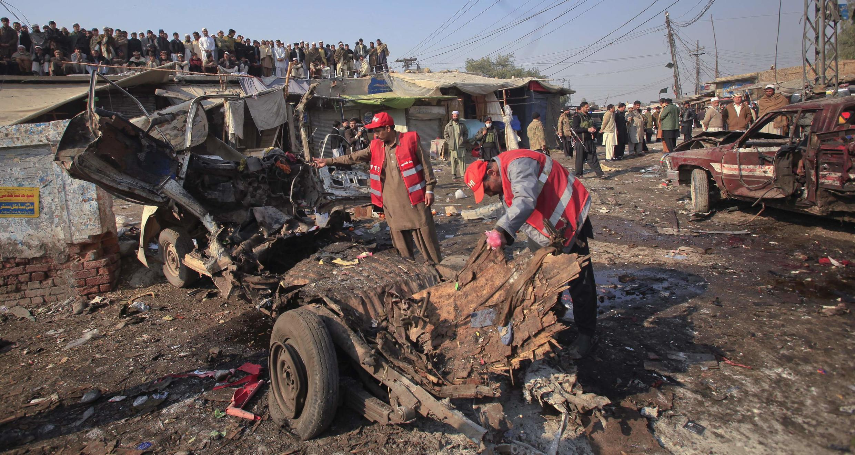 Equipe de resgate verifica local da explosão da bomba que matou pelo menos 35 pessoas em Jamrud, nesta terça-feira.