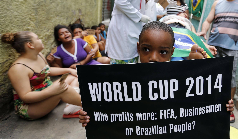 """""""La Copa del Mundo 2014, quién se aprovecha más: la FIFA, los hombres de negocios o el pueblo brasileño?"""""""