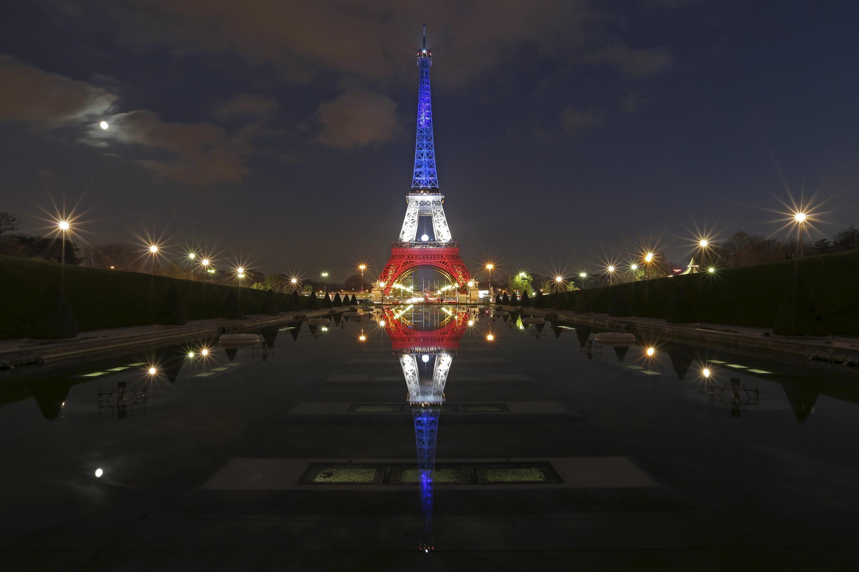بعد از حملات تروریستی پاریس، برج ایفل به رنگهای پرچم فرانسه درآمد