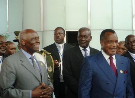 O presidente angolano José Eduardo dos Santos e o seu homólogo congolês Denis Sassou Nguesso