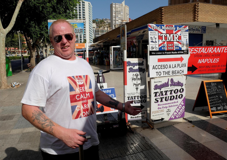 Turista britânico na Espanha celebra resultado da votação no dia seguinte.