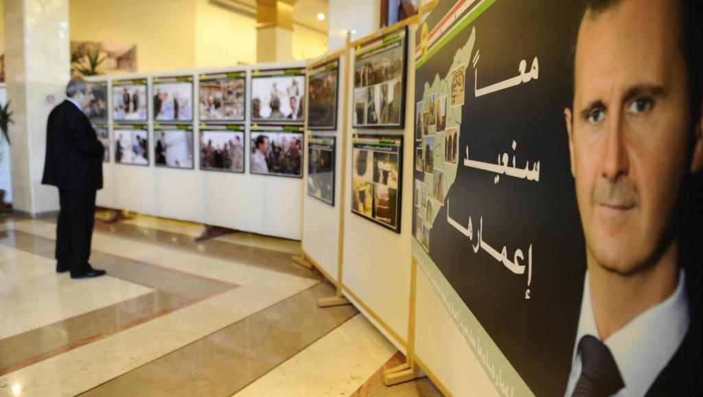 Picha ya Rais Bashar al-Assad iliobandikwa katika kumbukumbu yamaadhimisho ya miaka minne ya vita nchini Syria, katika mji wa Damascus, Machi 15 mwaka 2015.