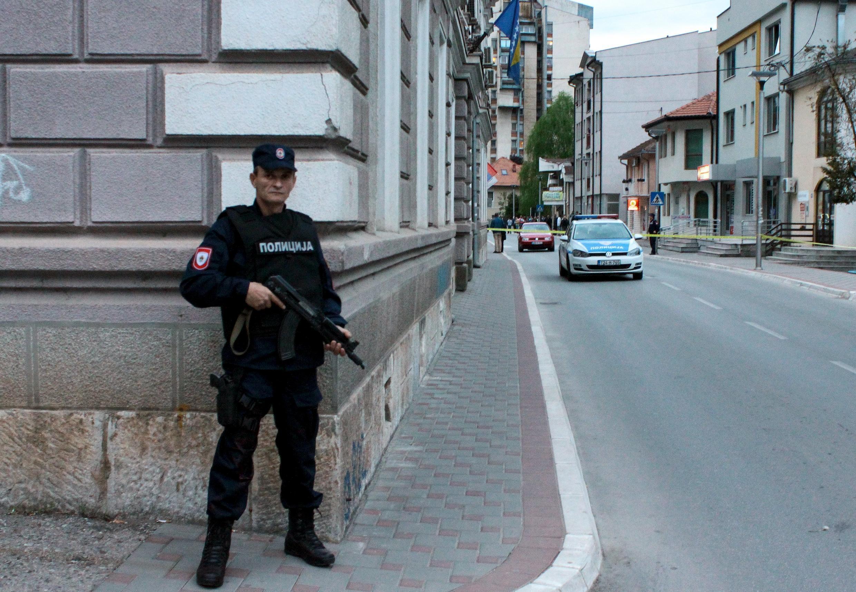 En Bosnie-Herzégovine, un membre d'une unité spéciale monte la garde face au commissariat à Zvornik, le 27 avril 2015.