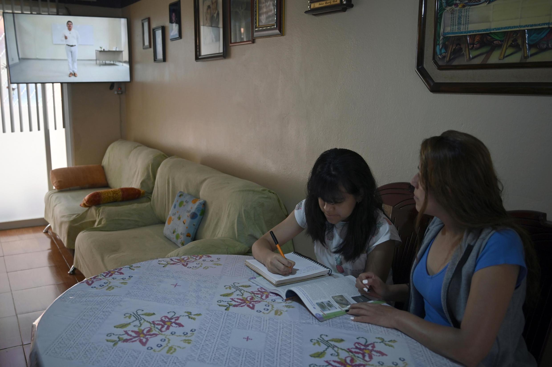 Quelque 30 millions d'étudiants mexicains ont entamé une nouvelle année scolaire lundi avec des cours diffusés à la télévision en raison de la nouvelle pandémie de coronavirus.