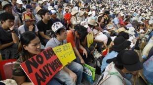 Des Japonais manifestant contre la base militaire américaine de Ginowan, à Okinawa, le 8 novembre 2009.