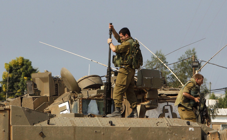 Un soldat israélien prépare une mitrailleuse près de la bande de Gaza, le 15 novembre 2012.