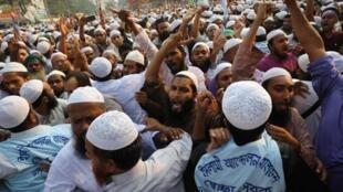 Plusieurs milliers de manifestants musulmans sont sortis dans les rues de plusieurs villes du Bangladesh ce lundi 21 octobre 2019.