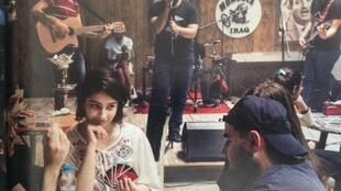 Reportagem traz foto em bar de Bagdá, onde moças e rapazes se divertem ouvindo bandas musicais