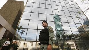 دفتر وکالت موساک فونسکا در محاصرۀ پلیس