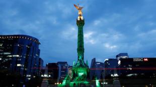 Le monument de l'Ange de l'Indépendance de Mexico habillé d'une lumière verte pour soutenir l'accord de Paris, après que le président Trump a annoncé la sortie des Etats-Unis de cet accord, le 1er juin 2017.
