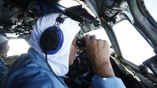 Mataimakin rundunar Sojan saman kasar Vietnam Laftanal Nguyen Tri Thuc yana aikin binciken jirgin kasar Malaysia MH370 da ya bace