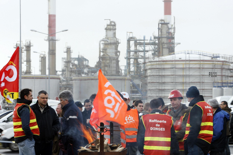Работники французской нефтяной компании Тоталь на демонстрации протеста против закрытия нефтеперерабатывающего завода в Дюнкерке 23 февраля 2010 года